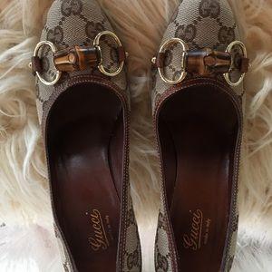Gucci size 6 tan print horsebit heel